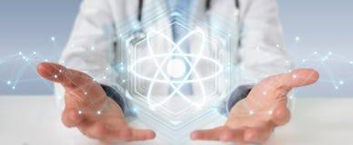 Medico che usando la rappresentazione digitale dell'interfaccia 3D della molecola Immagine Stock