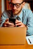 Medico che usando smartphone fotografia stock