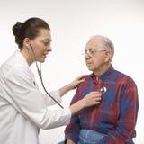 Medico che usando stethescope. Fotografia Stock Libera da Diritti