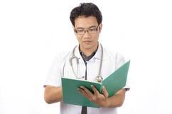 Medico che usando una cartella Fotografia Stock