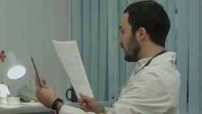 Medico comunica dal video conferention sulla compressa video d archivio