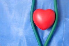 Medico con forma rossa del cuore Fotografie Stock Libere da Diritti