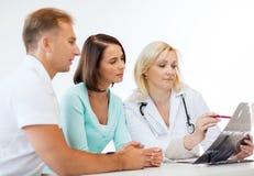 Medico con i pazienti che esaminano raggi x fotografie stock libere da diritti