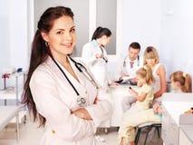 Medico con il bambino in ospedale. Immagine Stock