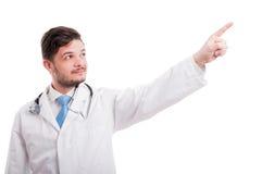 Medico con il dito del punto dello stetoscopio su immagine stock libera da diritti