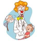 Medico con il fronte del pagliaccio che tiene un bambino nel bianco Fotografia Stock