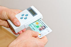 Medico con il libretto sanitario elettronico Fotografia Stock