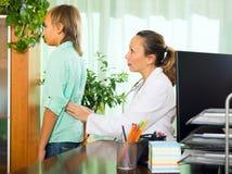 Medico con il paziente dell'adolescente fotografia stock