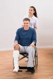 Medico con il paziente disabile sulla sedia a rotelle fotografia stock libera da diritti