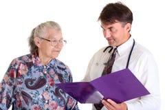 Medico con il paziente maggiore Immagine Stock