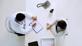 Medico con il piano di dieta e paziente all'ospedale stock footage