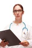 Medico con il piano di trattamento su Visite in ospedale Immagini Stock