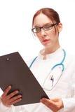 Medico con il piano di trattamento su Visite in ospedale Fotografie Stock