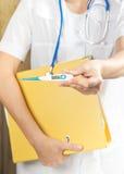 Medico con il termometro Immagine Stock