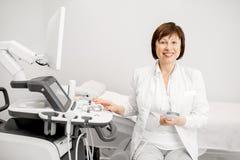 Medico con l'attrezzatura di ultrasuono fotografia stock
