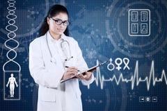 Medico con l'interfaccia futuristica scrive la prescrizione Fotografia Stock Libera da Diritti