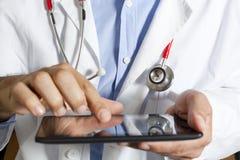 Medico con la compressa Immagini Stock Libere da Diritti