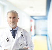 Medico con la compressa Fotografie Stock