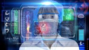 Medico con la compressa futuristica dello schermo del hud intestino, apparato digerente Concetto medico del futuro fotografia stock