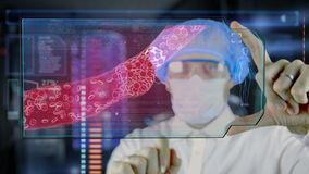 Medico con la compressa futuristica dello schermo del hud Placca ostruita del colesterolo dell'arteria Concetto medico del futuro royalty illustrazione gratis