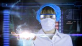 Medico con la compressa futuristica dello schermo del hud Ricerca del corpo umano Concetto medico del futuro stock footage