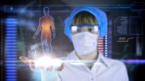 Medico con la compressa futuristica dello schermo del hud Ricerca del corpo umano Concetto medico del futuro video d archivio