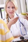 Medico con la droga ed il paziente Immagini Stock Libere da Diritti