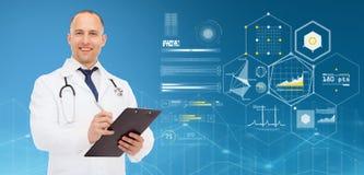 Medico con la lavagna per appunti, lo stetoscopio ed i grafici Fotografia Stock Libera da Diritti