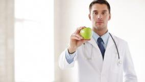 Medico con la mela verde in mani archivi video