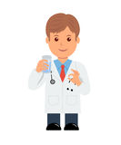 Medico con la pillola ed il bicchiere d'acqua a disposizione medico maschio del carattere che dà una pillola Immagini Stock