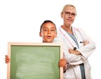 Medico con la scheda di gesso ispanica della holding del bambino Fotografia Stock