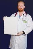 Medico con la scheda di messaggio Fotografia Stock