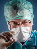 Medico con la siringa Fotografie Stock