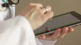 Medico con la tavoletta grafica archivi video