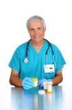 Medico con le bottiglie di prescrizione Fotografie Stock Libere da Diritti