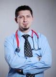 Medico con le braccia attraversate Immagini Stock