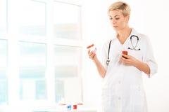 Medico con le droghe Fotografie Stock