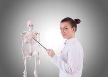 Medico con lo scheletro contro la pendenza Fotografie Stock Libere da Diritti