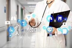 Medico con lo stetoscopio e l'icona di Assistenza sanitaria statale nella connessione di rete medica sullo schermo virtuale sul f fotografie stock libere da diritti