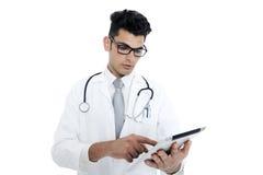 Medico con lo stetoscopio e la compressa fotografia stock libera da diritti