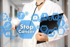 Medico con lo stetoscopio ed il Cancro di arresto firmano dentro medico fotografie stock libere da diritti