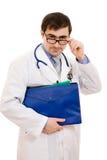 Medico con lo stetoscopio ed il dispositivo di piegatura Fotografie Stock