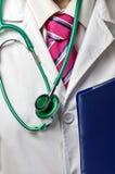 Medico con lo stetoscopio ed il dispositivo di piegatura Immagine Stock