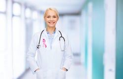 Medico con lo stetoscopio, nastro di consapevolezza del cancro Fotografia Stock Libera da Diritti