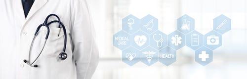 Medico con lo stetoscopio in tasca e le icone mediche di simboli nella t Immagini Stock Libere da Diritti