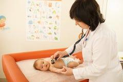 Medico con un bambino Fotografia Stock