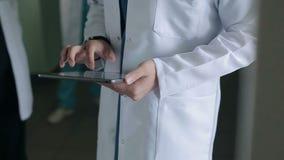 Medico con una compressa nel corridoio dell'ospedale video d archivio