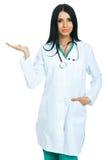 Medico con una mano aperta Fotografie Stock Libere da Diritti
