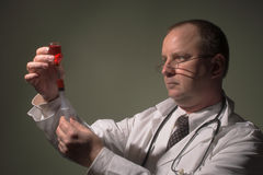 Medico con una siringa Immagini Stock