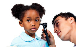 Medico concentrato che esamina il suo giovane paziente Fotografie Stock